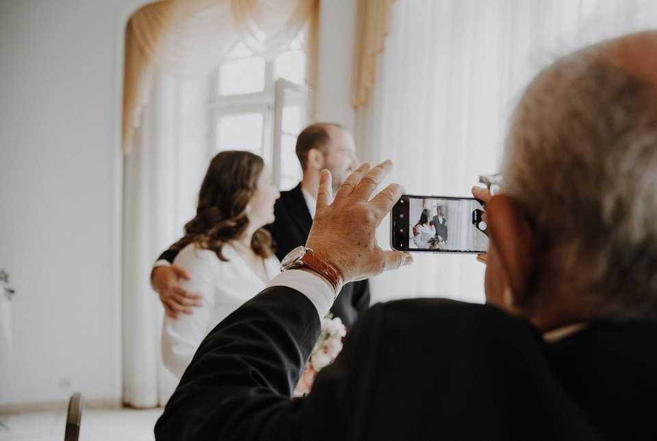 Brautpaar-Handy-Standesamt