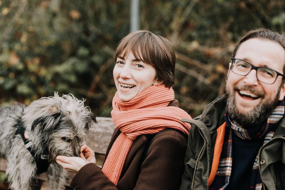 Frau-Hund-Mann-Familie