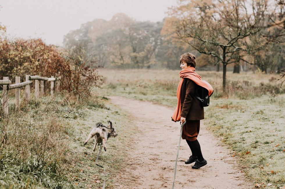 Frau-Hund-Springen