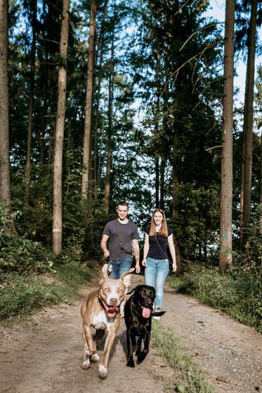 Wald-Frau-Mann-Hund-Fotografie