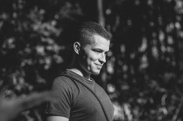Mann-Portrait-Fotografie-schwarz-weiss