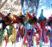 Piñatas - Plusieurs piñatas fait maison sont suspendu d'une corde, Several homemade piñatas hang from a string.