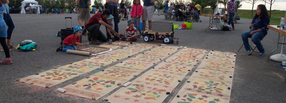 Des tapis de sciure de bois coloré. Coloured woodchip carpets.