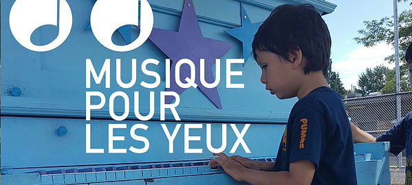 Un enfant joue une piano bleue. A child plays a blue piano. - Musique pour les yeux/ Music to your eyes - PAAL