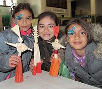 Le monde du maïs, The World of Corn - Trois enfants tiennent leures poupées fait maison, Three children hold their homemade dolls