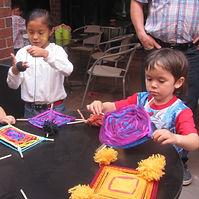 Tau le père Soleil, Tau the Sun God - Des enfants fabriquent leurs Ojo des dios, Children craft their Ojo de dios