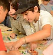 La Grande Paix de Montréal, The Great Peace of Montreal - Des enfants fait des Wampums avec des perles, Children make Wampums with beads