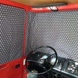 'Geo zwart' Mercedes 409, Dudo hoog voorruit en cabine