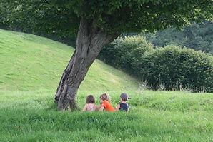 Le bonheur assis dans l'herbe