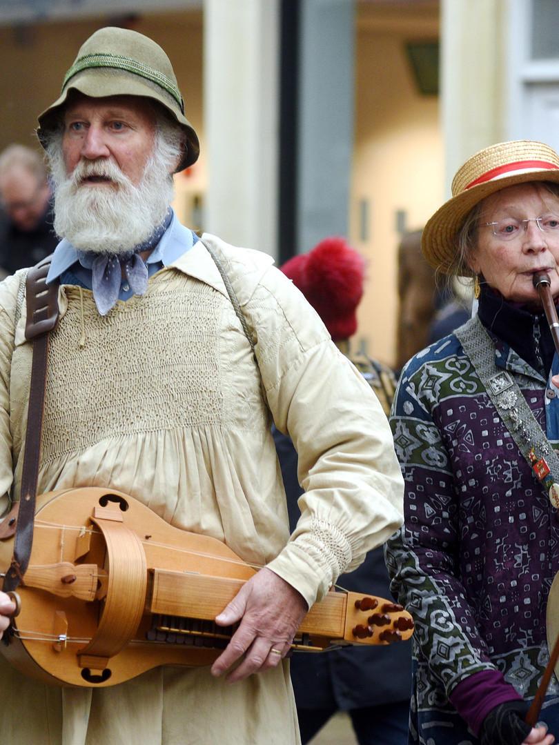 Hurdygurdy man and pipewoman