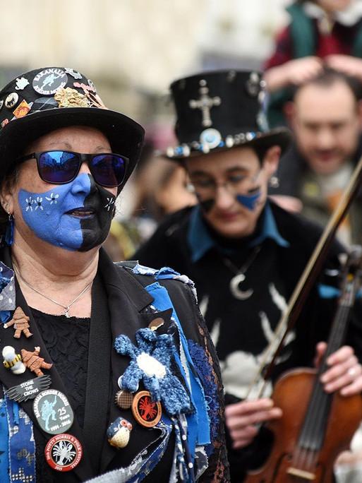 Blue faced violinist