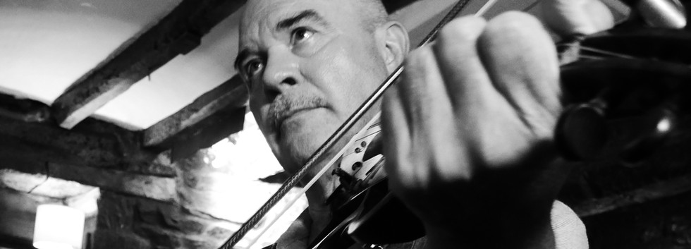 Des Wynes: Fiddle and Vocals
