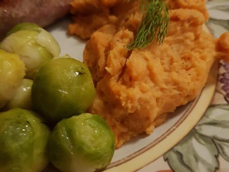Zoete aardappel puree met spruitjes en verse worst