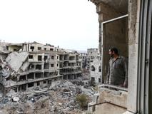 Adnan Selleh pose depuis la fenêtre de la salle de bains à Harasta, une ville située à onze kilomètres de Damas, libérée en mai 2018. Adnan est parti en 2012, fuyant la guerre et n'est revenu que depuis quelques semaines. Avec son frère, son neveu et son fils, il tente de rendre sa maison habitable, tâche difficile en raison des coûts élevés.