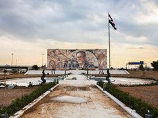 Sur l'autoroute Almotahalik Aljanobi, une énorme mosaïque de Hafez El-Assad, père de Bachar El-Assad, s'impose au milieu de cette terre brulée à cause de la guerre.
