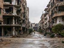 Un homme se promène parmi les ruines de ce qui était Daraya, un quartier situé au sud de la capitale, berceau des premières manifestations dans la région et soumis à un long siège jusqu'en août 2016, date à laquelle le gouvernement a repris ses activités après la reddition de la ville. Deux ans plus tard, c'est toujours une ville fantôme, c'est le châtiment que Bachar El-Assad a imposé à ceux qui se sont rebellés : l'impossibilité de rentrer chez eux.