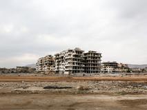 L'autoroute Almotahalik Aljanobi coupe en deux le district de Damas de Ghouta Oriental, une région tristement connue pour les attaques chimiques de 2013. On peut y voir quelques-uns des bâtiments de Jobar, une municipalité appartenant à Damas, et protagoniste pendant des années des batailles les plus difficiles dans cette partie du pays, ainsi que les attaques chimiques qui ont tué des centaines de personnes en août 2013.