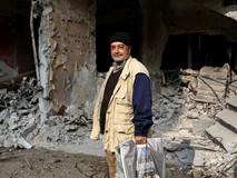 Mahmoud Derbas vivait à Yarmouk, un quartier palestinien au sud de Damas depuis 60 ans, lorsque la guerre a commencé. En novembre 2018, Mahmud rentrait chez lui pour la première fois. L'émotion le submerge de souvenirs, mais son sourire est triste car il ne reste presque plus rien. Il n'a pu récupérer qu'un tapis, des ustensiles en plastique et une balle pour son petit fils qu'il garde dans un sac. Mahmud a pu rentrer quelques heures, mais il ne sait pas s'il pourra retourner.