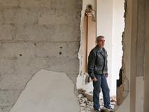 Mayas Achour a quitté Kafr Batna en 2015 avec son épouse et ses six enfants. Depuis quelques mois, certaines zones de la ville ont de nouveau accès à l'électricité, à l'eau et à la zone de circulation, ce qui l'a motivé à revenir avec sa famille. Son appartement est détruit et a été complètement pillé, mais il le reconstruit petit à petit. Mayas se sent heureux d'avoir pu revenir.