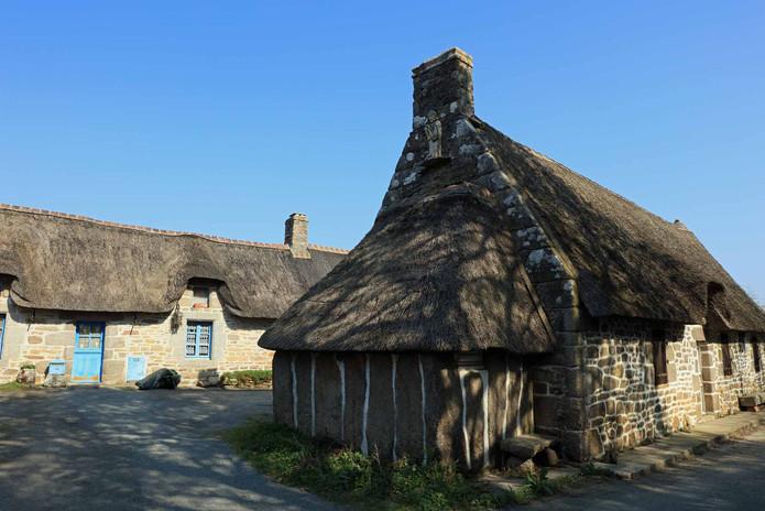 Trégunc - maison à pierres debout