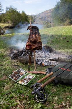 Viande au feu de bois entre deux truites