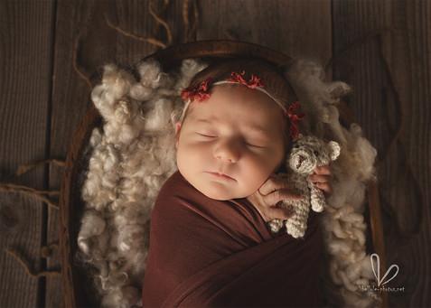 Le nouveau-né avec son doudous.