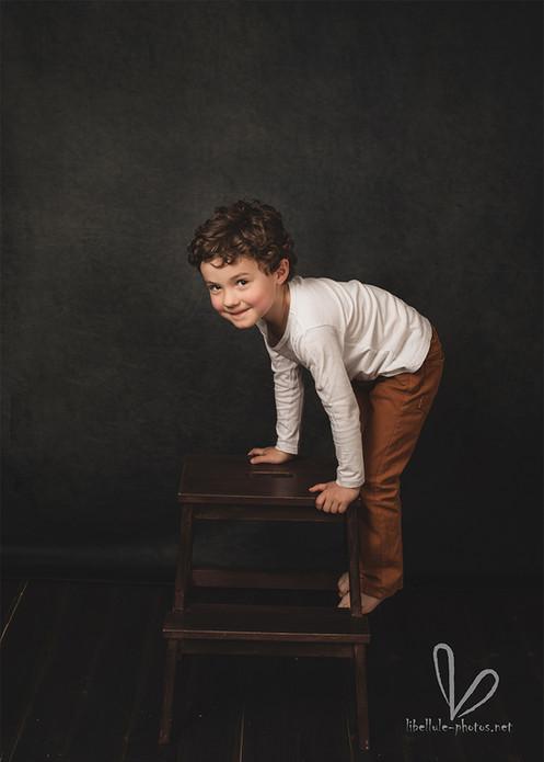 Photo d'un enfant sur un tabouret.