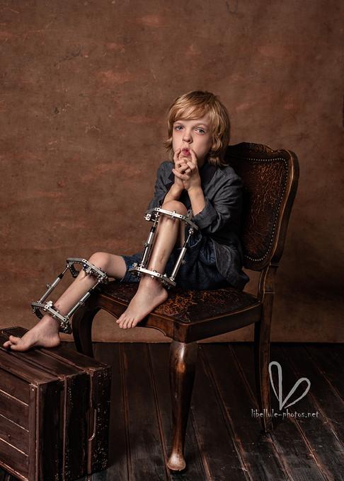 Garçon sur une chaise. Shooting en Studio Libellule-photos à Molsheim