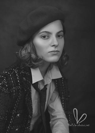 Belle fille avec béret. Photo monochrome.
