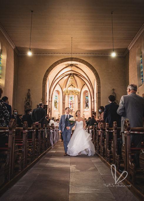 Cérémonie de mariage en eglise. Jeunes mariés.