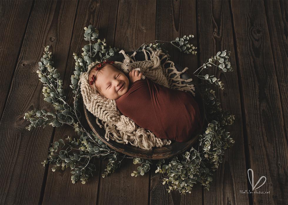 Le nouveau-né rit dans son sommeil.