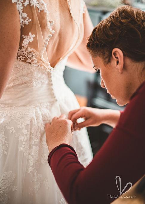 Les préparatifs de mariage. Robe de mariée. Photo de mariage.