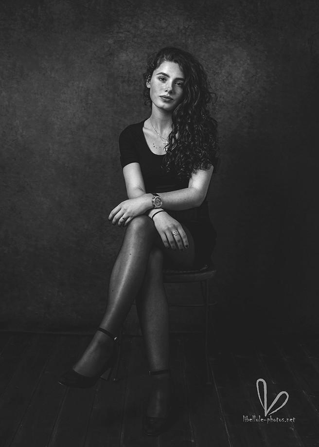 Portrait de fille noir et blanc. Shooting en studio Libellule-photos