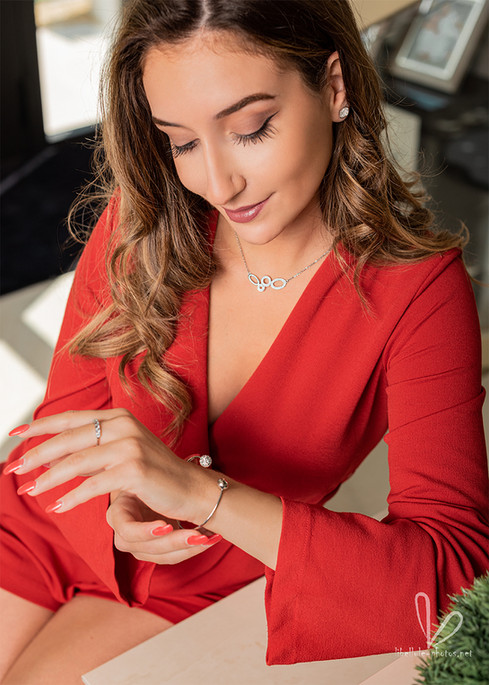 Belle fille en robe rouge. Pub de bijouterie