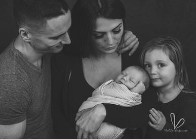 Bébé avec parents. Photo monochrome. Photo de famille.