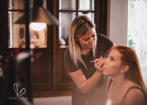 Les préparatifs du mariage. Future mariée. Maquillage.