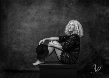 Femme avec cheveux blonds. Photo monochrome. Séance photos à Molsheim/Strasbourg.