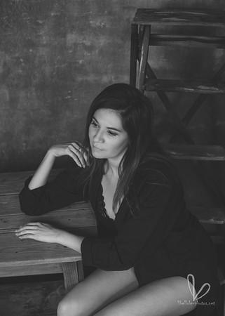 Une femme assise près d'échelle. Noir et blanc.