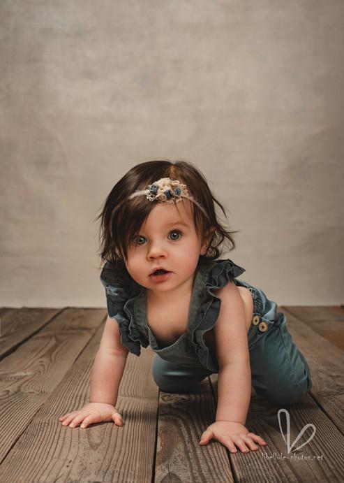 Belle enfant avec des grands yeux.