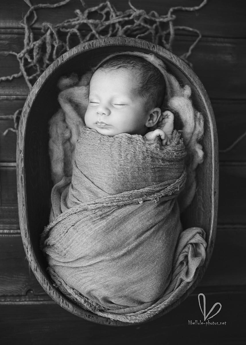 Photos de bébé dans un panier. Noir et blanc.