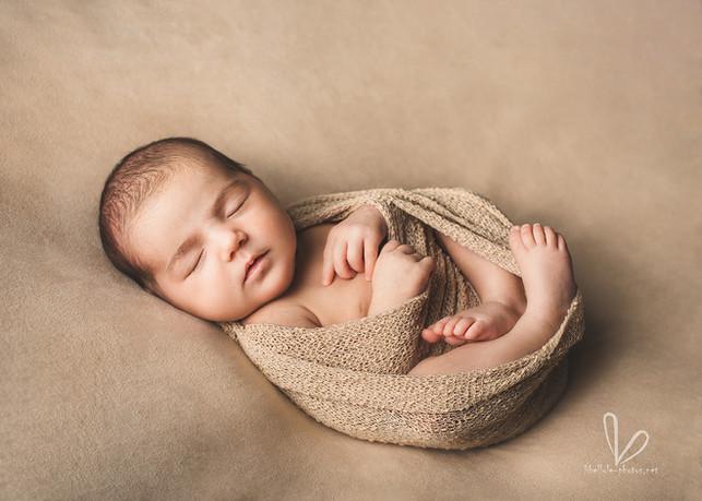 Le nouveau-né. Petit ange. Tissue beige.