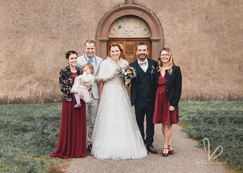 Photo de mariés. Près d'eglise. Mariage.