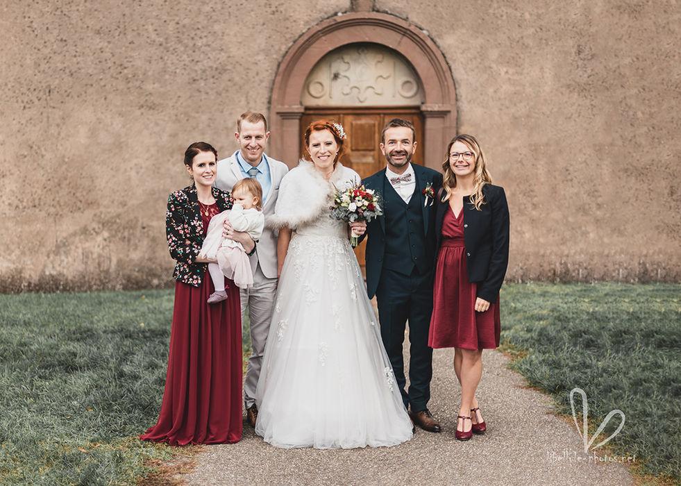 Photo de mariés. Près d'église. Mariage.