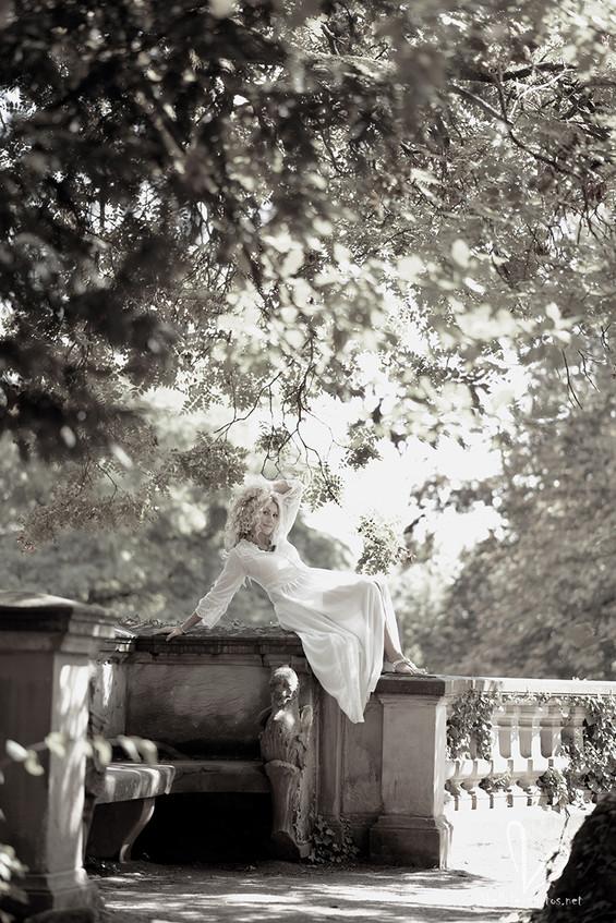 Une femme en robe blanche à Obernai