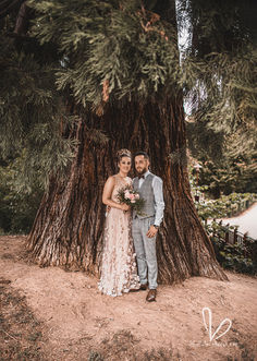 Nouveaux mariés prés d'un arbre. Juillet 2020.