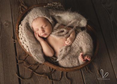 Nouveau-né avec bonnet oreilles de lapin.