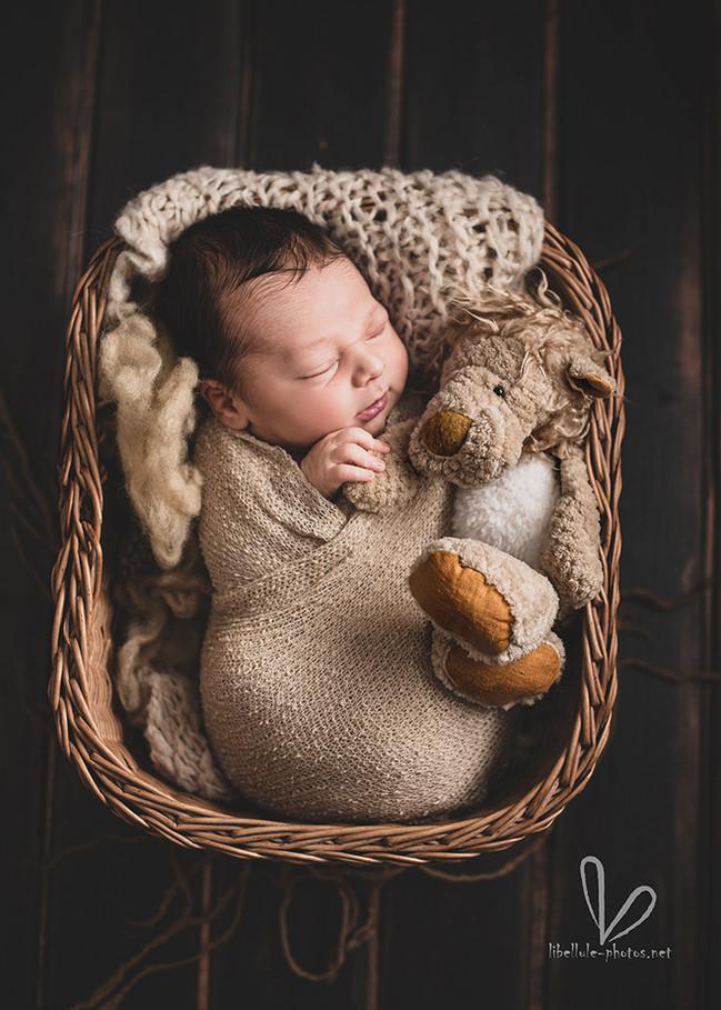 bébé dort avec son premier doudou