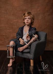 Garçon sur un fauteuil