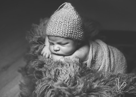 Photo de nouveau né. bébé en bonet. Monochrome