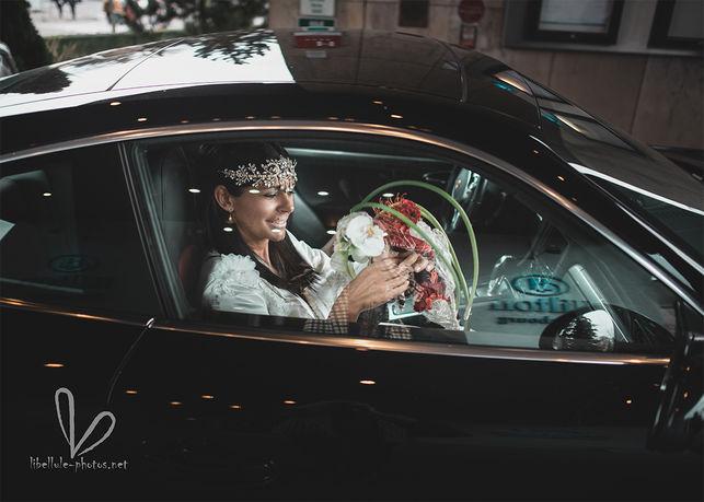 Future mariée dans la voiture.